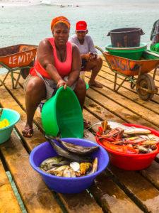 Fischverkäufer auf dem Pier von Santa Maria